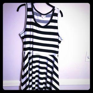 EUC LuLaRoe Nicky Size XL Black and White 😉
